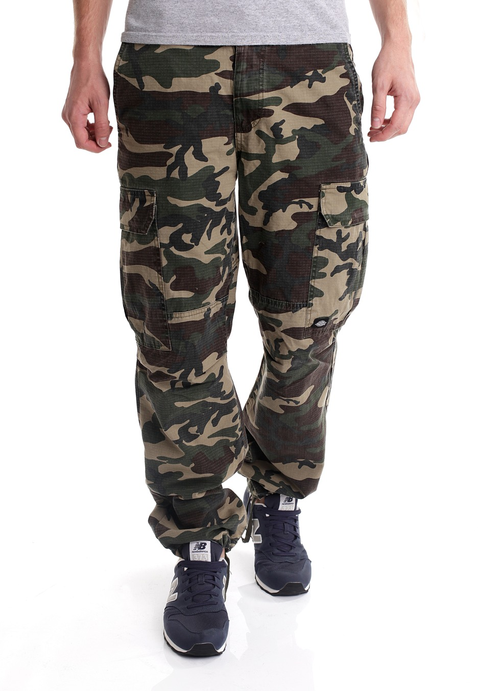 The Adidas Camo Chino Pants are a workwear inspired chino that deliver an authentic adidas look with the durability and flex skate demands. 98/2 Cotton-elastane blend, Regular fit men's pants Front slip-in pockets, back welt pockets.